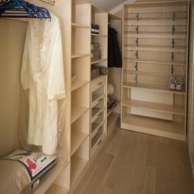 Угловая расстановка мебели в маленькой гардеробной