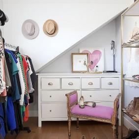 Красивая лавочка с мягким сидением в гардеробной для девушки
