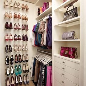 Коллекция женских туфлей на стене госрдероба