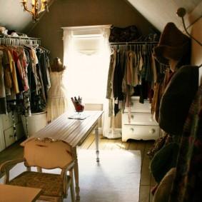 освещение в гардеробной комнате с небольшим окошком