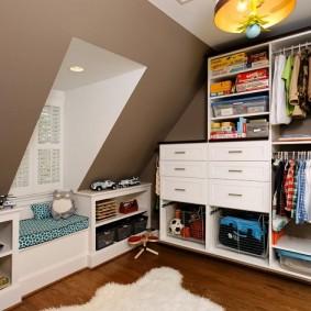 Открытая мебель в гардеробной на мансарде