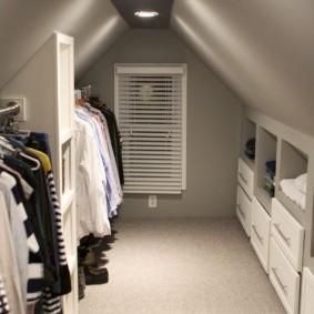 Светлый ковролин на полу в гардеробной