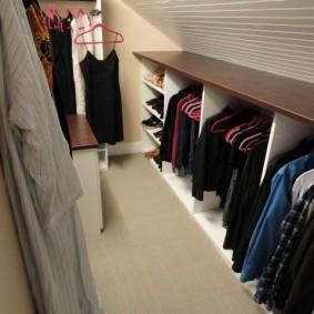 Узкая гардеробная на чердаке частного дома