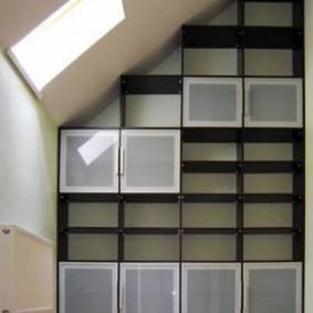 Квадратные дверцы на стеллаже из ДСП