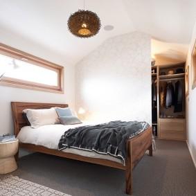 Светлая спальня в мансарде дома