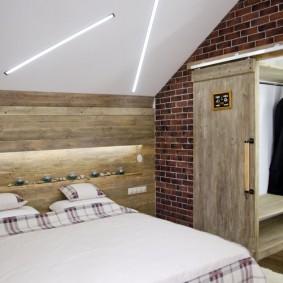 Деревянная отделка стены над изголовьем кровати