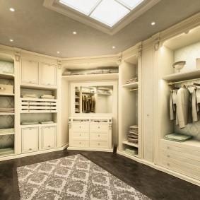 Темный пол в гардеробной с мебелью светлого тона