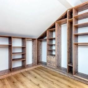 Открытая гардеробная с полками из массива дерева