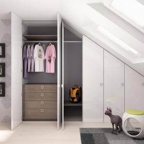 Встроенные шкафы в спальной комнате на мансарде