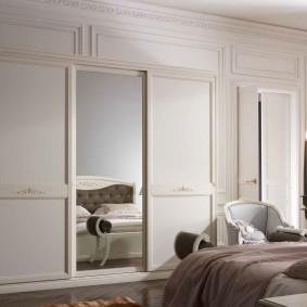 Зеркальная дверца на шкафу в классическом стиле