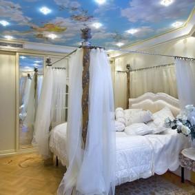 Натяжной потолок над кроватью с балдахином