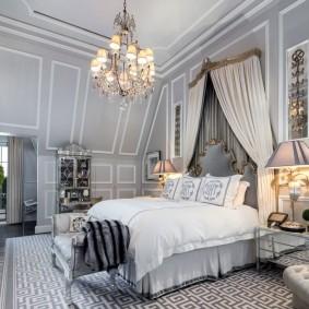 Балдахин над кроватью в спальне с камином