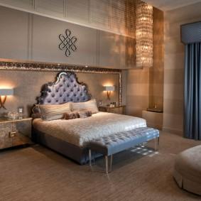 Синие шторы с ламбрекеном в большой спальне