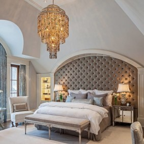 Хрустальная люстра на потолке спальной комнаты
