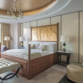 Широкая кровать на деревянном каркасе