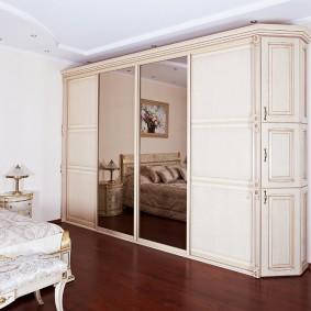 Вместительный шкаф в спальне классического стиля
