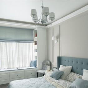 Встроенный диванчик под окном спальни