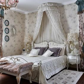 Угловая спальня с двумя окнами