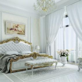 Шикарная кровать с позолоченным декором