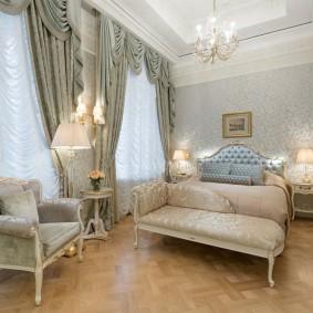 Меблировка классической спальни вытянутой формы
