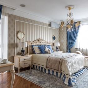 Интерьер большой спальни с синими занавесками