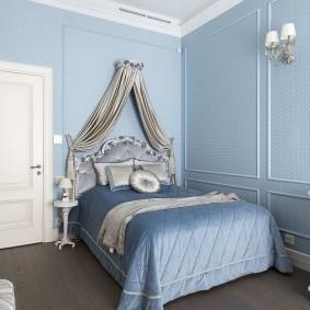 Голубые обои в спальне стиля классика