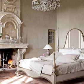 Интерьер спальной комнаты с камином