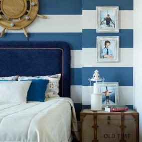 Горизонтальные полосы на обоях в спальне