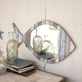 Зеркало в виде рыбки с деревянной рамкой
