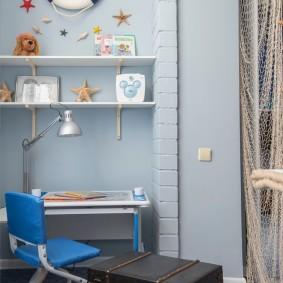 Встроенные полки на голубой стене