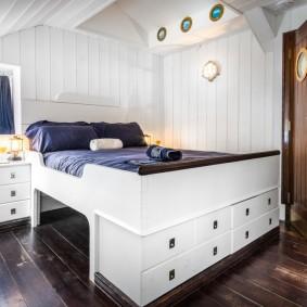 Высокая кровать с удобными ящиками