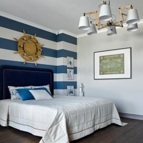 Широкая кровать в спальне мальчика