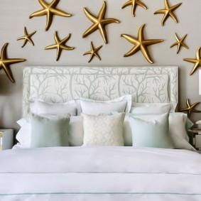 Декор морскими звездами стены над кроватью