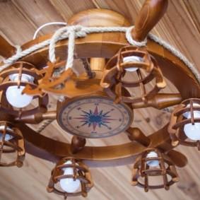 Деревянный светильник в виде штурвала корабля