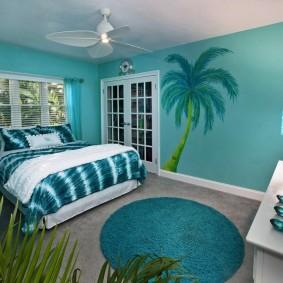 Голубые стены в квадратной комнате