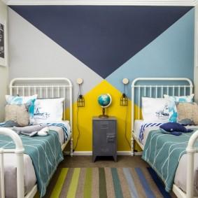 Металлические кровати в маленькой комнате
