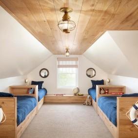 Деревянный потолок в мансардном помещении