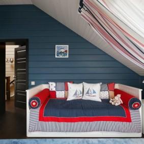 Кровать-диван в спальне на мансарде