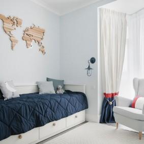 Синее одеяло на узкой кровати