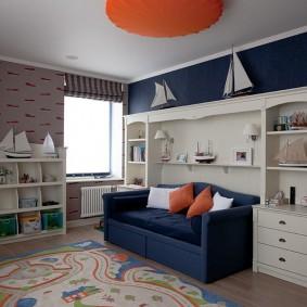 Синий диванчик в комнате ребенка
