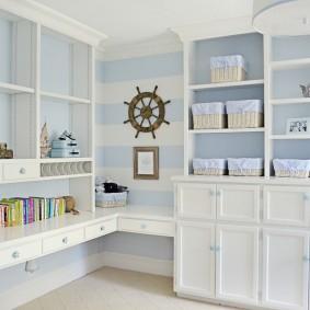 Светлая мебель в небольшой комнате