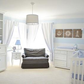 Серое кресло в комнате для новорожденного