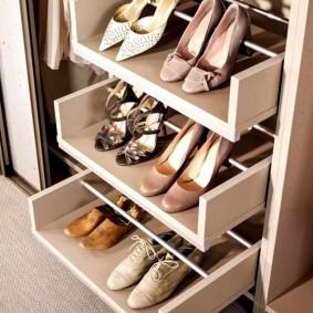 Удобные полочки для обуви в прихожей