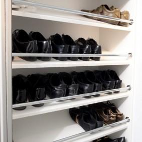 Секция для обуви внутри встроенного шкафа