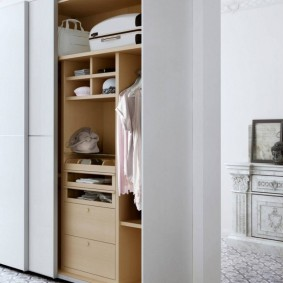Встроенный шкаф в прихожей частного дома