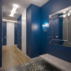 Светильники на синей стене прихожей комнаты
