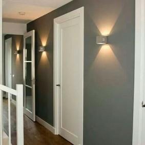 Накладные светильники на серой стене в коридоре