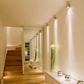 Настенные светильники под потолком в прихожей