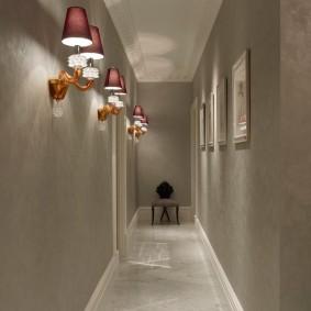 Небольшой стульчик в конце длинного коридора