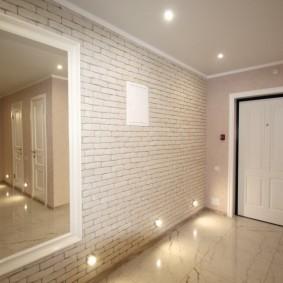 Точечные светильники внизу стены в прихожей